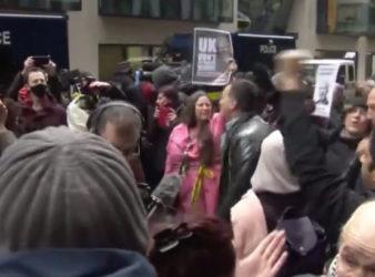Manifestazione pro Assange all'esterno dell'Old Bailey